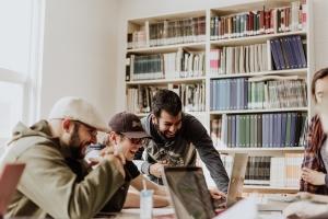 trabajadores empresa riendo en una clase de inglés de AC Languages