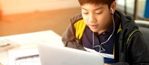 Niño aprendiendo inglés online con AC languages desde casa